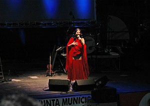 Diana Navarro durante su actuación en Huelin